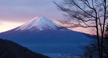 berg fuji i vintermorgon från sjön kawaguchiko foto