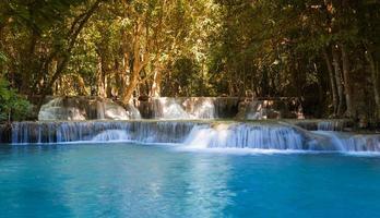 vackra tropiska blå vattenfall foto
