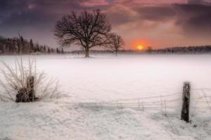 molnbildning vid solnedgång vinternatt foto