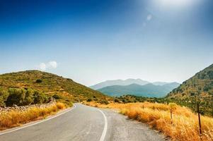 väg mellan bergen och olivträdens lundar.