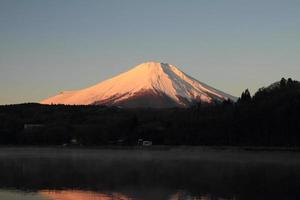 röd fuji (mt. fuji i rött) från Yamanaka Lake foto