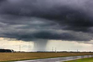 stormmoln över vägen. foto