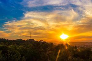 trevligt solnedgångslandskap i staden Lviv, utsikt från höjd. Ukraina