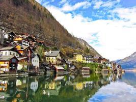 sikt av Hallstatt by i Alperna, Österrike foto