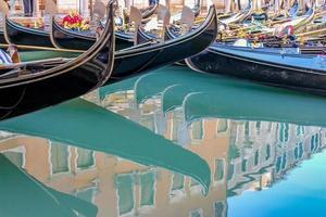 vackra romantiska venetianska gondoler foto