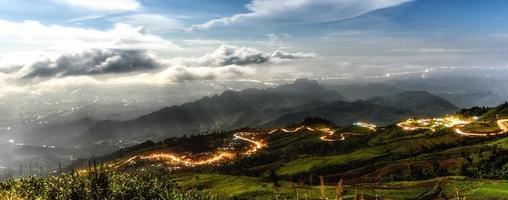 böjd väg på berget foto