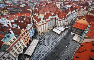 röda tak i Prag foto