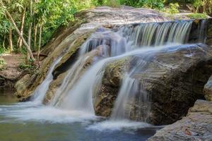 två steg flytande vattenfall