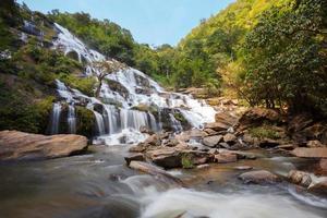 mae ya vattenfall vid Doi Inthanon National Park, Chiangmai foto