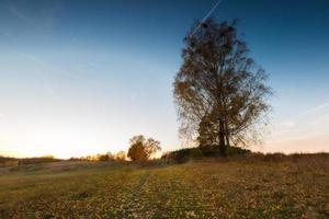höstligt landskap med landskap vid solnedgången