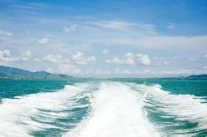 vinka från motorbåt foto