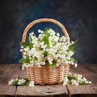 bukett med liljor i dalen på bordet