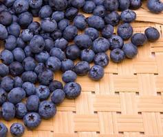 blåbär på trätexturbakgrund foto