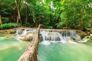 landskap vy av erawan vattenfall foto