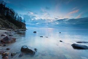 vacker östersjöstrand med stor klippa i Gdynia orlowo