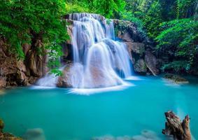 fantastiskt vattenfall vid huay mae khamin