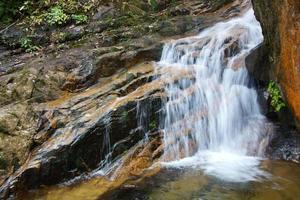 vattenfall nära wuyishan berg, fujian provinsen, porslin