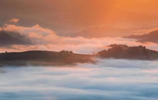 karpaterna. berg täckt av dimma vid soluppgång