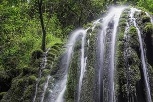 vackert vattenfall i norra Italien foto