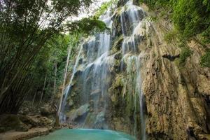 vackert vattenfall i Cebu, Filippinerna. foto