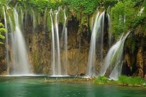 vattenfall vid plitvicesjöar foto