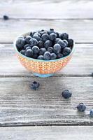 mogna blåbär i en skål på bordet foto