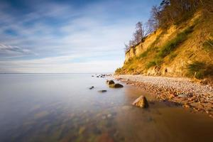vacker östersjöstrand med stor klippa i Gdynia orlowo.