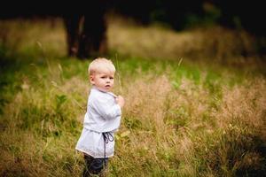 liten pojke i nationell dräkt i Ukraina foto