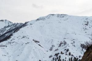 vita berg och fantastiska moln foto