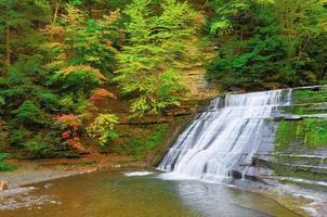 vattenfall på hösten foto