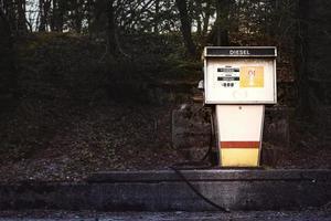 gammal bensinpump för diesel på betongplattform foto