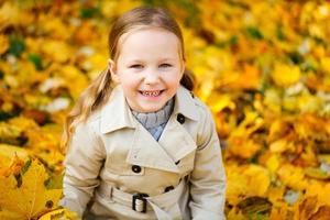 liten flicka utomhus på hösten