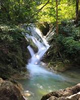 vackert vattenfall vid erawan nationalpark foto