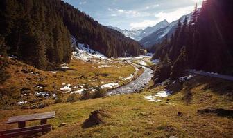 vackert bergslandskap nära en bäck