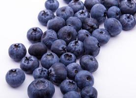 blåbär på vit bakgrund isolerad foto