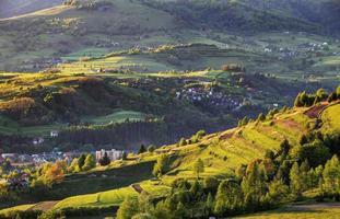 sommarlandskap med by, slovakien