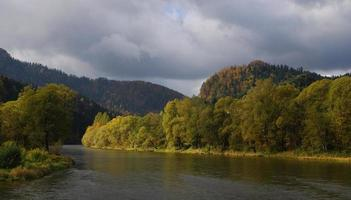 San River på hösten. foto