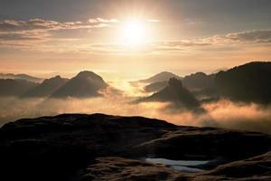 fantastiska färger på höstmorgonen. drömmande daggry i bergen