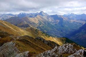 röda bergstoppar, Tatrabergen i Polen foto