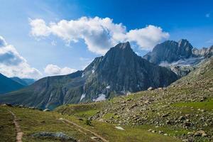 skarpa bergstoppar foto