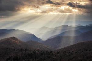 appalachian berg crepuscular ljusstrålar på blå ås parkway åsar