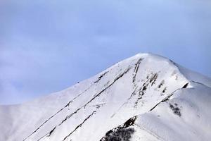 off-piste snöig lutning på morgonen foto