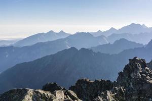 bergskedjor i morgondimman foto