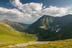 underbar dal i sommarberg med sjöar foto