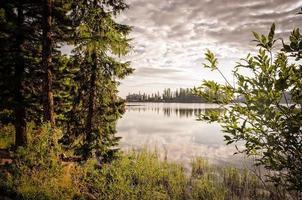 vacker sjö i bergen.