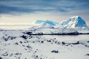 vackra snötäckta berg foto