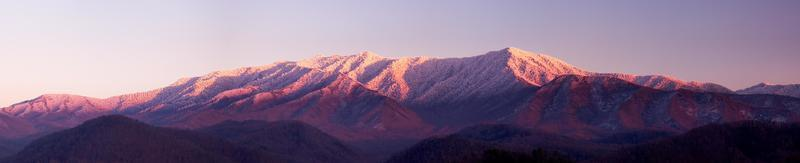 solnedgång på rökiga berg foto