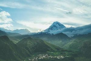 solnedgång berg. kazbek, georgien foto