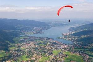 skärmflygning i bergen foto