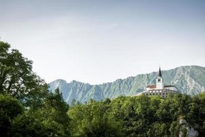 ensam kyrka före berget foto